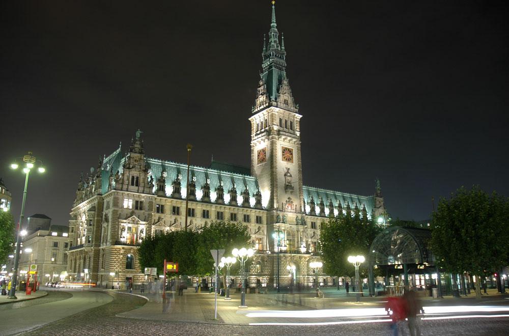 Das Hamburger Rathaus bei Nacht